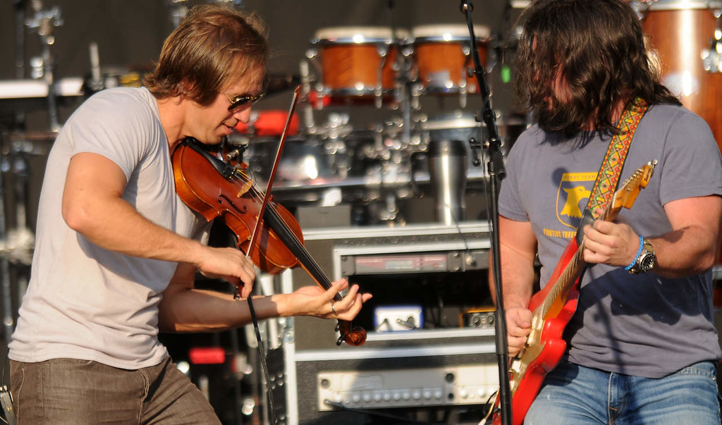 . Jimmy Martini, left, and Clay Cook with the Zach Brown Band perform. (Pioneer Press: John Autey)