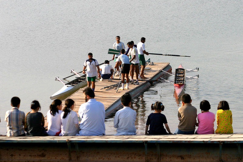 An admiring crowd watches the rowers return.