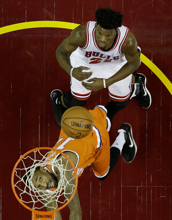 . Cleveland Cavaliers\' Jordan McRae watches the ball along with Chicago Bulls\' Jimmy Butler, top, in the second half of an NBA basketball game, Wednesday, Jan. 4, 2017, in Cleveland. The Bulls won 106-94. (AP Photo/Tony Dejak)
