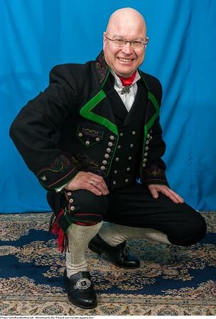 Mannsbunad fra Øst-Telemark med svart jakke og grønne biser