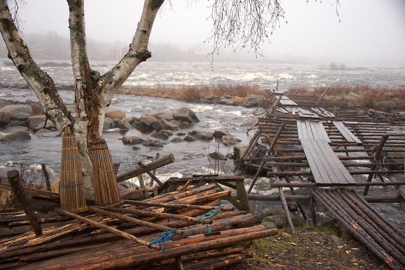 Cold waters at Kukkolankoski rapids 2.jpg