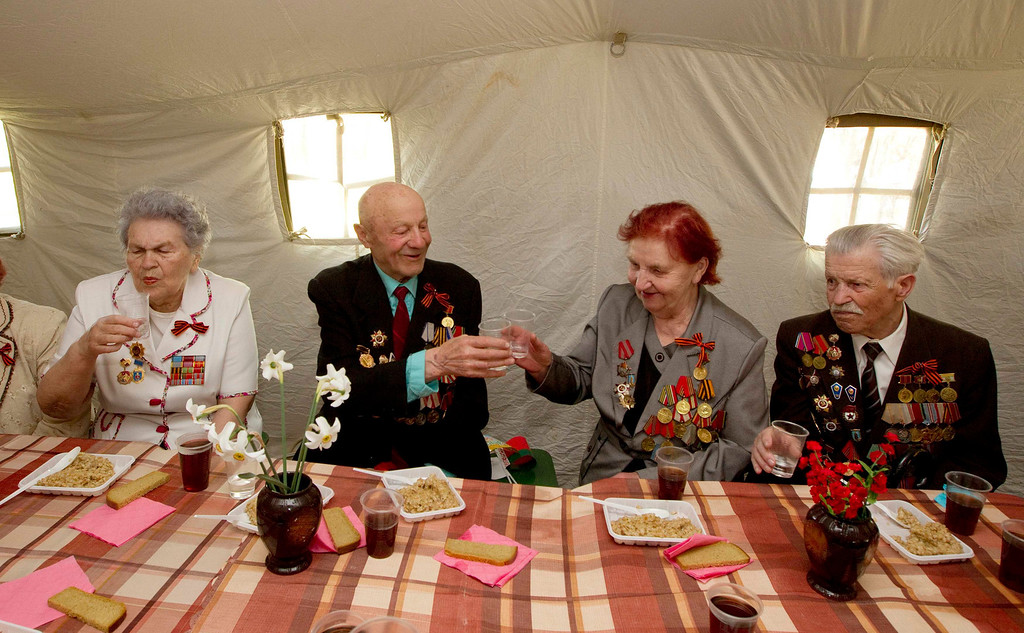 . World War Two veterans toast during Victory Day celebrations in the town of Molodechno, some 60 km (37 miles) northwest of Minsk May 9, 2013. Belarus commemorates the 68th anniversary of the Soviet Union\'s victory over Nazi Germany on May 9.  REUTERS/Vasily Fedosenko