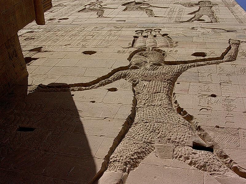 Uthogde utsmykninger på Philaetemplet ------------------------------------------------- Carved decorations on Philae temple walls (Foto: Ståle)
