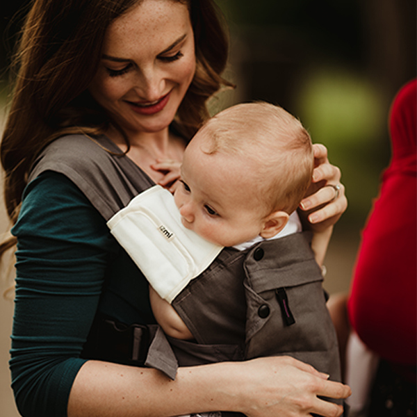 Izmi_Baby_Carrier_Mid_Grey_Lifestyle_Front_Carry_With_Shoulder_Straps_4.jpg
