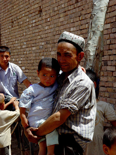Father and child in Pahtaklik DSC01972.jpg