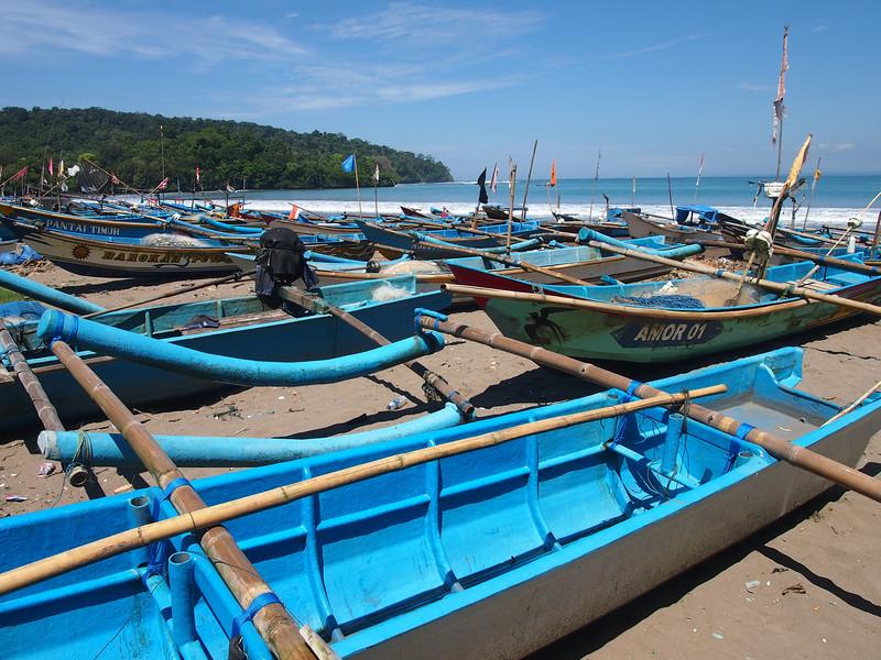P4096524-boats-on-the-beach.JPG