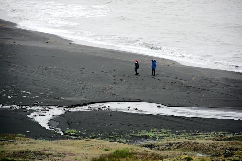 Solveig og Sigurður þramma fjöruna