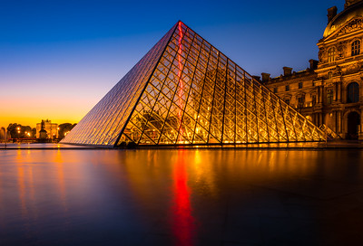 Sunset on pyramide du Louvre