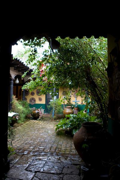 Le Patio du Musée, petite cours verdoyante où les objets des communautés indiennes du Chiapas sont disséminés, ici ou là.
