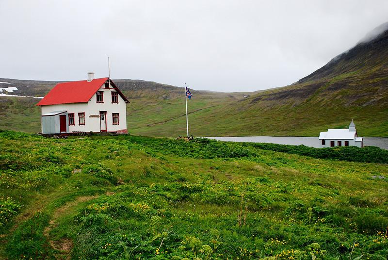 Prestbústaðurinn og kirkjan að Stað í Aðalvík.