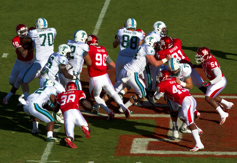 UH struggles to bring down a Tulane runner