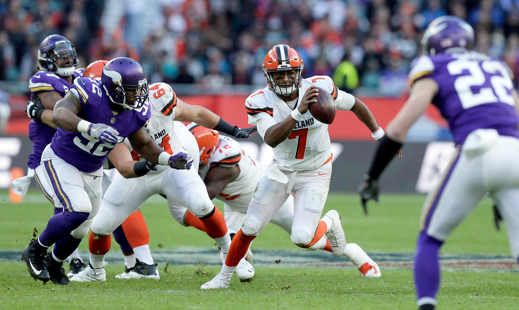 . Cleveland Browns quarterback DeShone Kizer (7) scrambles during the second half of an NFL football game against Minnesota Vikings at Twickenham Stadium in London, Sunday Oct. 29, 2017. (AP Photo/Tim Ireland)