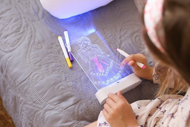 Aloka-ColourMe-LED-Princess-Luminous-distribution-with-Pens-lifestyle-7.jpg