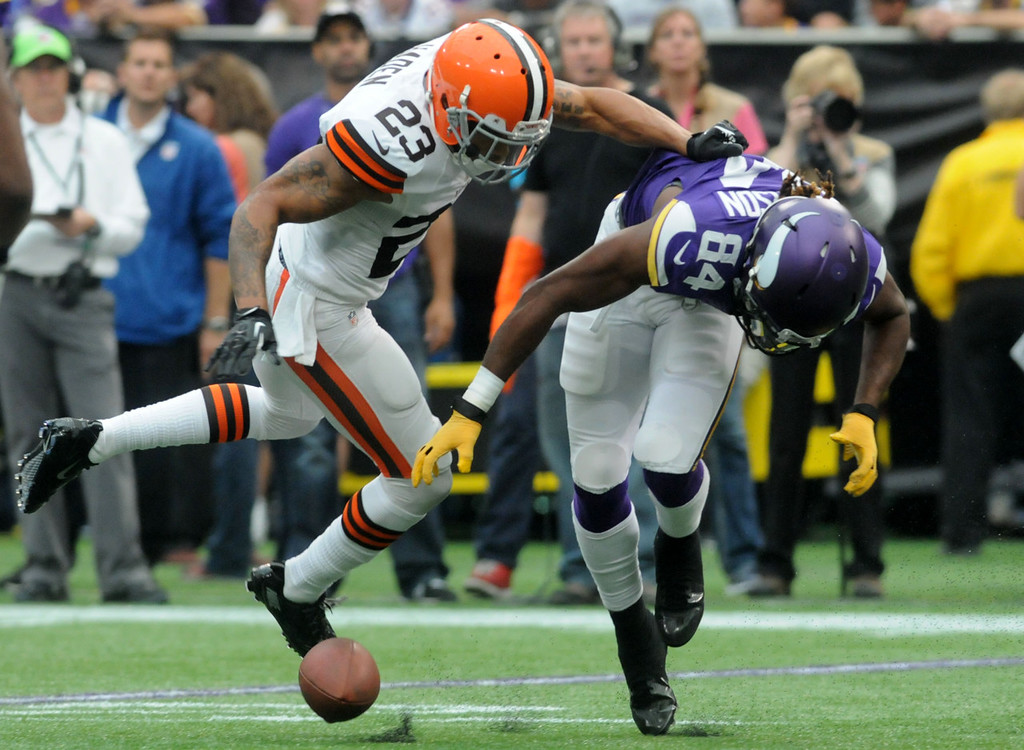 . Vikings wide receiver Cordarrelle Patterson drops an incomplete pass as Browns cornerback Joe Haden covers him during the third quarter. (Pioneer Press: Sherri LaRose-Chiglo)