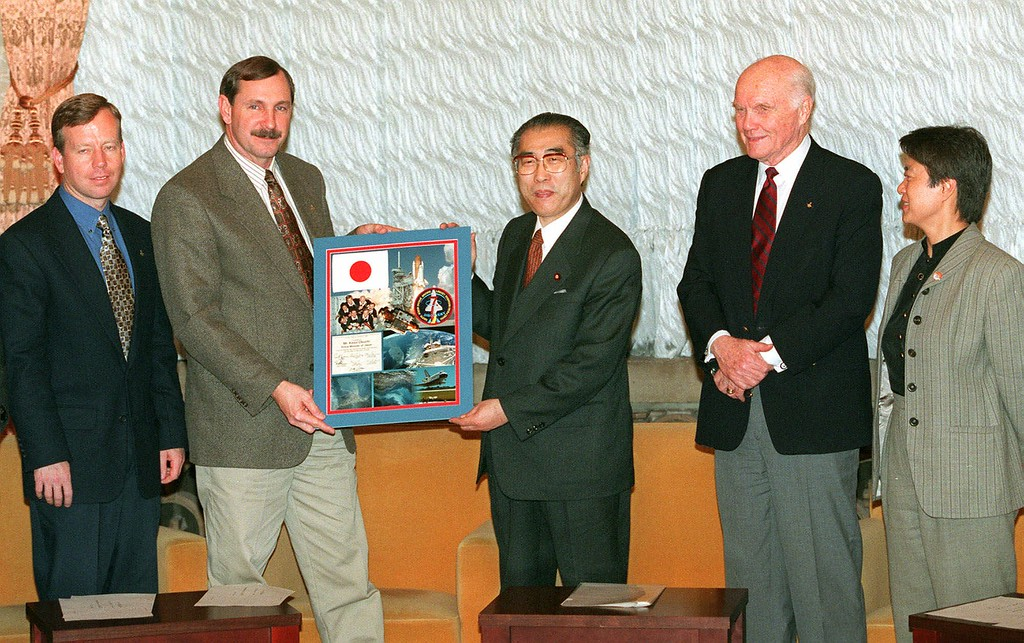 . Curtis Brown, second from left, captain of the Space Shuttle Discovery mission STS-95, presents a souvenir panel to Japanese Prime Minister Keizo Obuchi during a courtesy call at Obuchi\'s official residence in Tokyo Tuesday, Jan. 26, 1999. John Glenn, second from right, and Chiaki Mukai, far right, and pilot Steven Lindsey, far left, were among the shuttle crew members at the presentation. They are in Japan on a trip to promote international links for the U.S. space program. (AP Photo/Kazuhiro Tsuno, Pool)