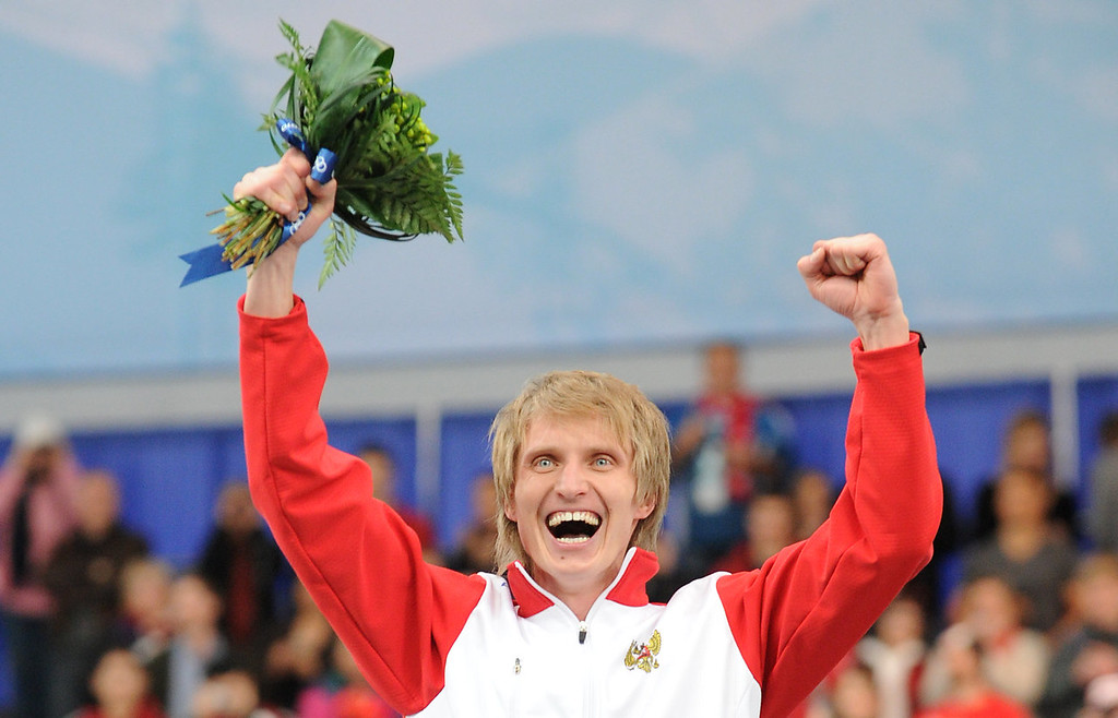 . Russia\'s Ivan Skobrev (3rd placed) celebrates during the flower ceremony after competing in the Men\'s 5.000 M Speedskating final race at Richmond Olympic Oval outside Vancouver during the 2010 Winter Olympics on February 13, 2010.    AFP PHOTO / TOSHIFUMI KITAMURA