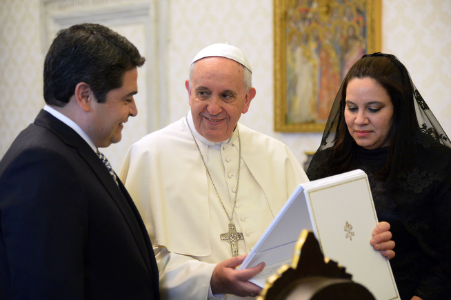 . Honduras President Juan Orlando Hernandez (L) and his wife Ana Garcia (R) exchange gifts with Pope Francis during a private audience on April 26, 2014 at the Vatican.  (VINCENZO PINTO/AFP/Getty Images)
