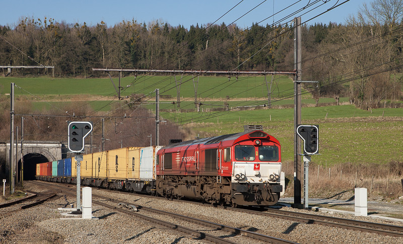 Crossrail DE 6312 with an MSC intermodal passes the new permissive signals in Hindel in February 2016.