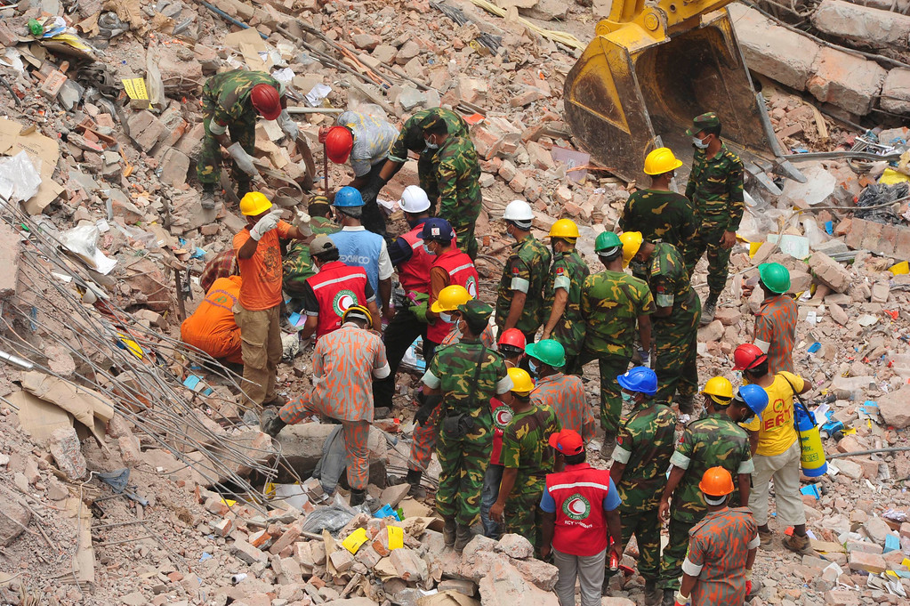 . Rescue workers attempt to find survivors from the rubble of the collapsed Rana Plaza building in Savar, around 30 km (19 miles) outside Dhaka April 30, 2013.  REUTERS/Khurshed Rinku