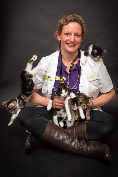 Dierenarts Sonja van de Limes met kittens