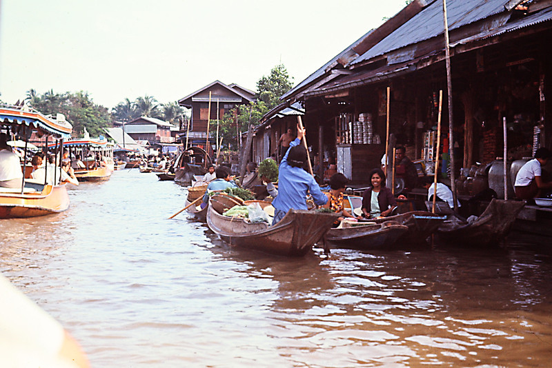 Turist Boats and Marketplace on Grand Canal.jpg