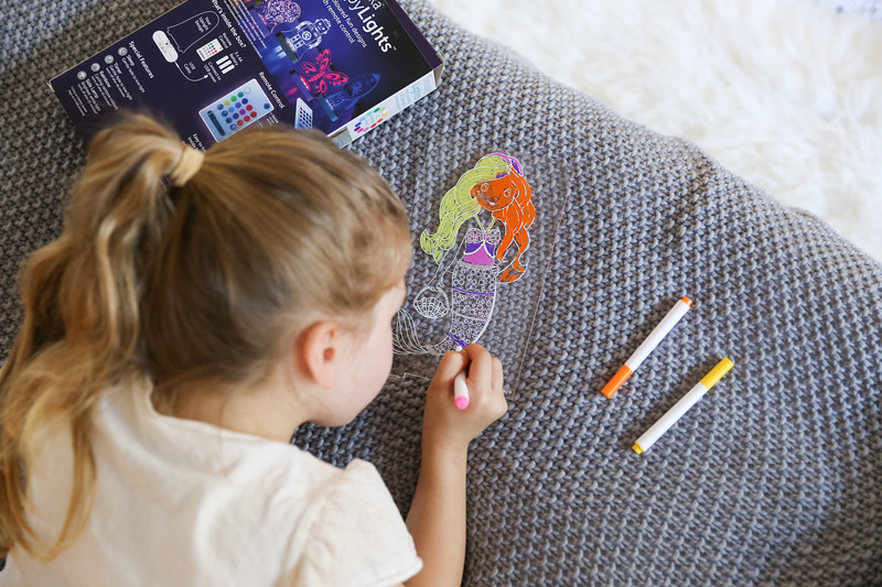 Aloka-ColourMe-LED-Mermaid-Luminous-distribution-with-Pens-lifestyle-7.jpg