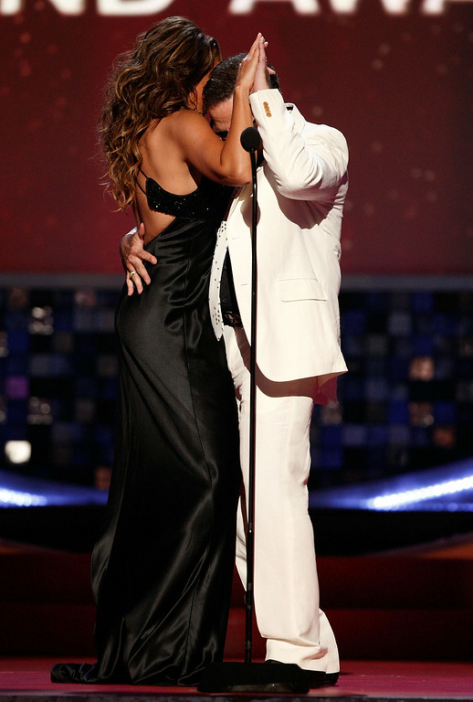 ". Host Vanessa Williams (L) and actor Robin Williams dance onstage during the 6th annual ""TV Land Awards\"" held at Barker Hangar on June 8, 2008 in Santa Monica, California.  (Photo by Kevin Winter/Getty Images for TV Land)"