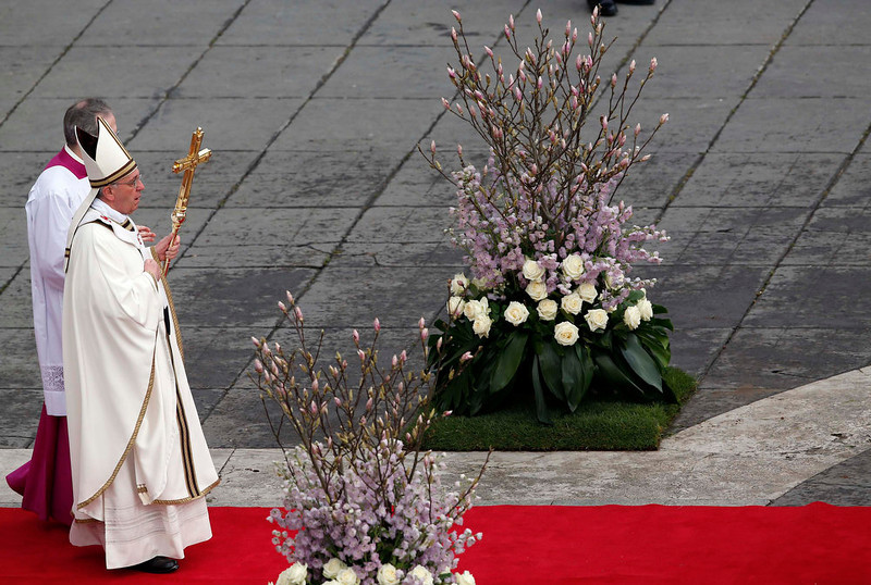 . Pope Francis (R) leads the Easter mass in St. Peter\'s Square at the Vatican March 31,  2013. REUTERS/Alessandro Bianchi