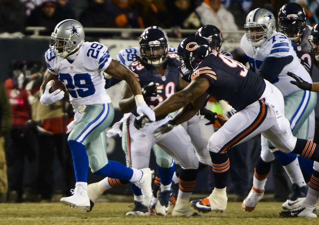 . epa03984191 Dallas Cowboys running back DeMarco Murray (L) takes off for a 19 yard run away from Chicago Bears tackle Zach Minter (R) in the first half of their NFL game at Soldier Field in Chicago, Illinois. EPA/TANNEN MAURY