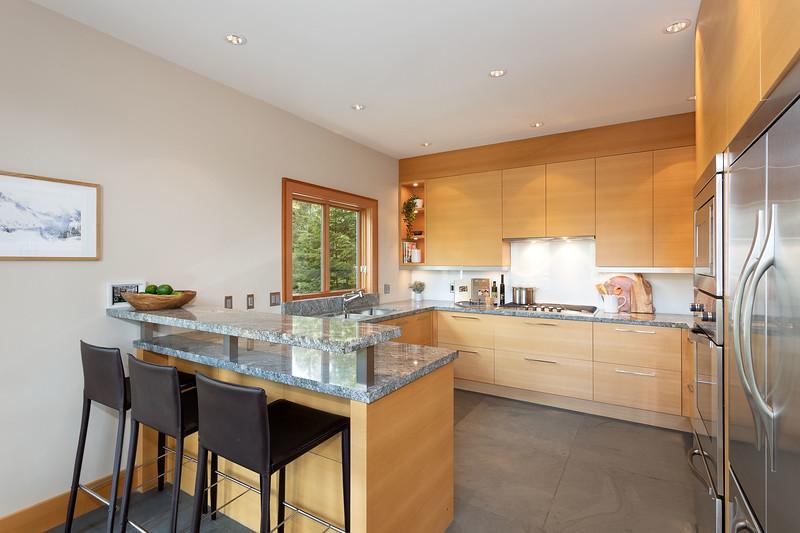 3335 Kitchen 1.jpg