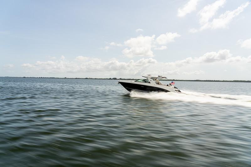 2021-SLX-400-SLX400-running-port-stern-flag-03836.jpg