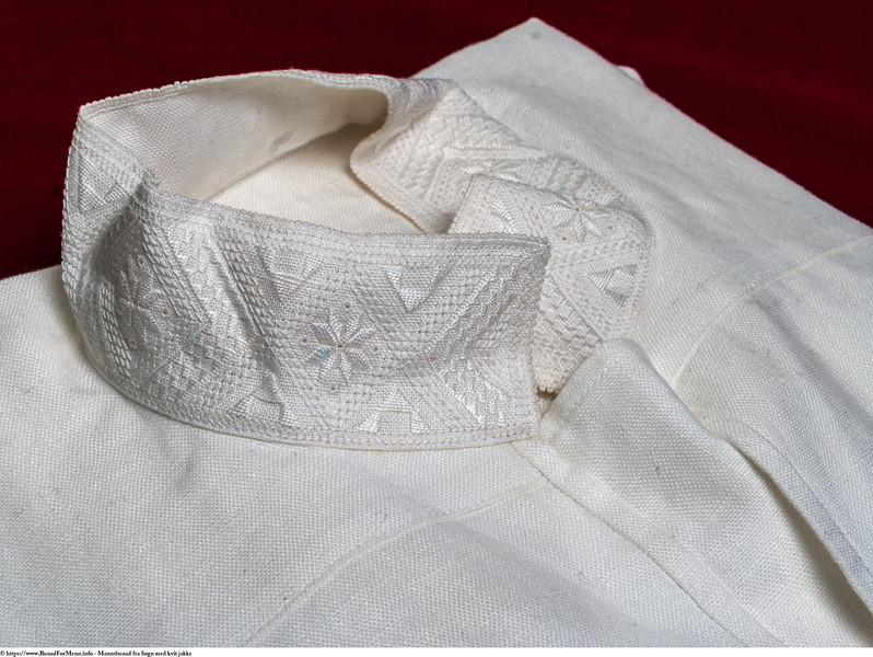 Mannsbunad fra Sogn med kvit jakke og linskjorte brodert med kvitsaum