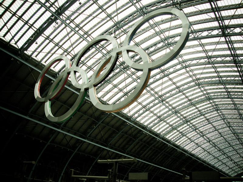 London train Olympic rings.jpg