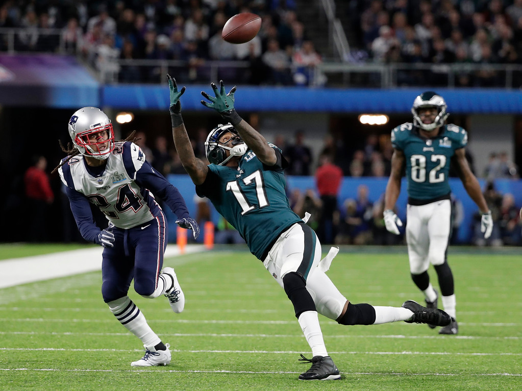 . Philadelphia Eagles wide receiver Alshon Jeffery (17) makes a catch against New England Patriots cornerback Stephon Gilmore (24), during the first half of the NFL Super Bowl 52 football game Sunday, Feb. 4, 2018, in Minneapolis. (AP Photo/Tony Gutierrez)