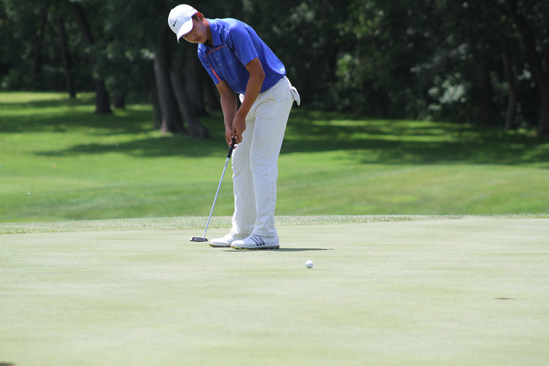 Cheng Jin of Singapore attempts a putt on the 18th hole during the 2014 Western Junior Championship.