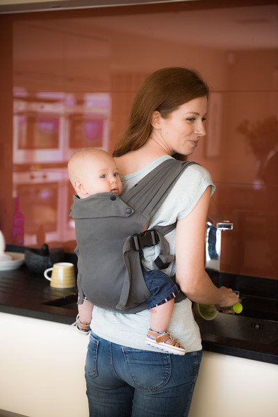Izmi_Baby_Carrier_Mid_Grey_Lifestyle_Back_Carry_At_Kitchen_Sink.jpg