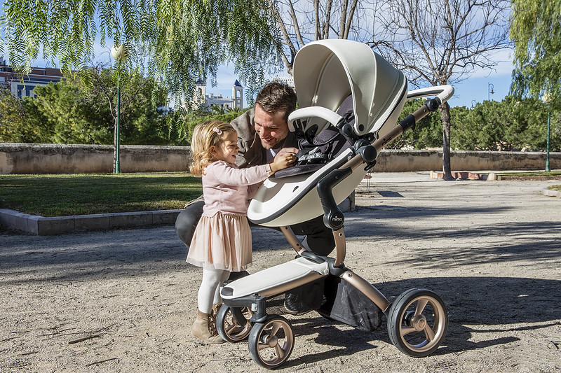 Mima_Xari_Lifestyle_Snow_White_Rose_Gold_Chassis_Dad_With_Child_Out_Of_Pushchair.jpg