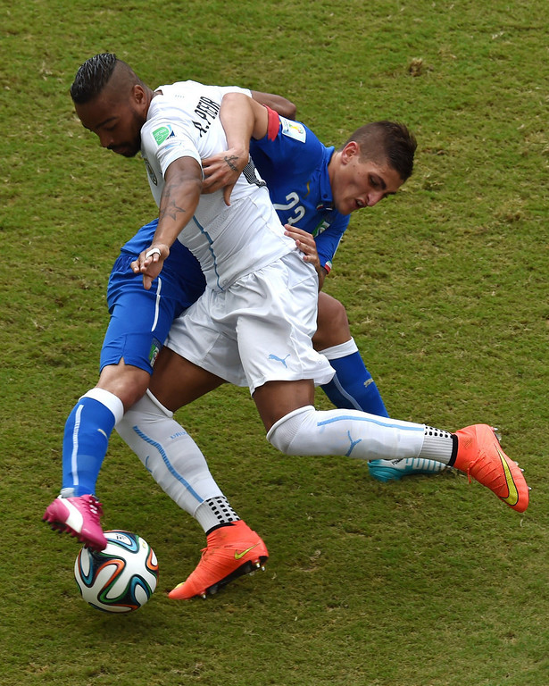 . Uruguay\'s midfielder Alvaro Pereira (L) vies with Italy\'s midfielder Marco Verratti during a Group D football match between Italy and Uruguay at the Dunas Arena in Natal during the 2014 FIFA World Cup on June 24, 2014.   YASUYOSHI CHIBA/AFP/Getty Images