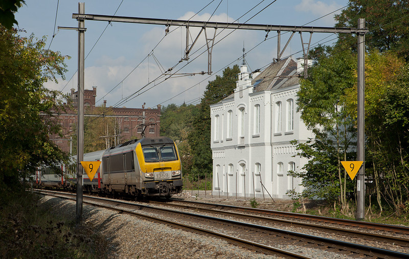 1359 leads an IC-O from Maastricht/NL past the beautifully restored 1926-vintage station building in Argenteau.