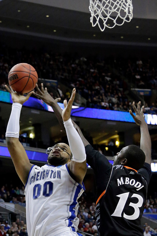 . Creighton\'s Gregory Echenique, left, shoots against Cincinnati\'s Cheikh Mbodj during the second half of a second-round game of the NCAA college basketball tournament on Friday, March 22, 2013, in Philadelphia. Creighton won 67-63. (AP Photo/Matt Slocum)