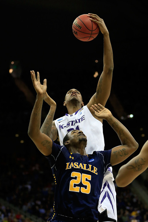 . KANSAS CITY, MO - MARCH 22:  Jordan Henriquez #21 of the Kansas State Wildcats shoots against Jerrell Wright #25 of the La Salle Explorers in the first half during the second round of the 2013 NCAA Men\'s Basketball Tournament at the Sprint Center on March 22, 2013 in Kansas City, Missouri.  (Photo by Jamie Squire/Getty Images)