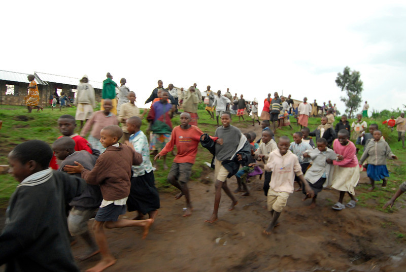 070115 4535 Burundi - School children on the road to Rutana _E _L ~E ~L.JPG