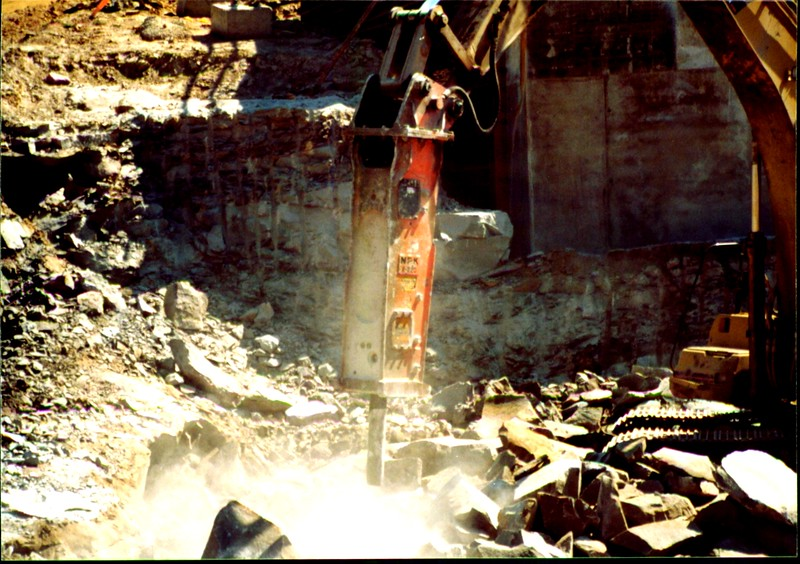 NPK E220 hydraulic hammer on Cat excavator-secondary breaking (6).JPG