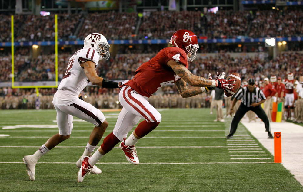 . University of Oklahoma wide receiver Kenny Stills (R) is unable to make the catch as he is defended by Texas A&M University defensive back Dustin Harris during the first half of the Cotton Bowl Classic NCAA football game played at Cowboys Stadium in Arlington, Texas January 4, 2013. REUTERS/Mike Stone
