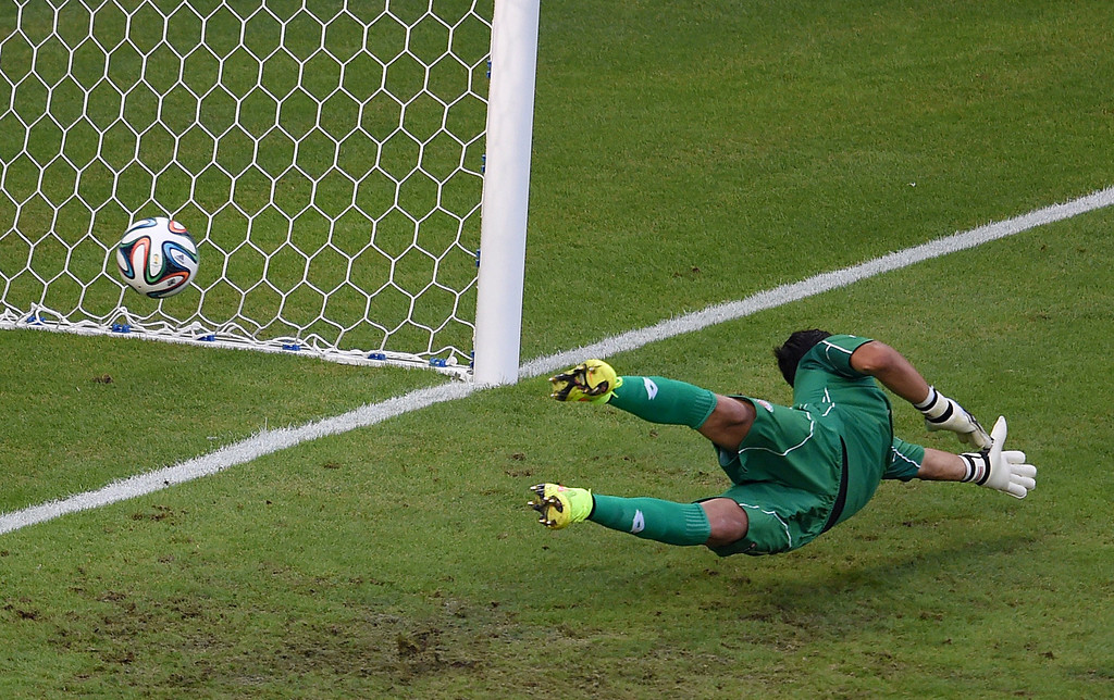 . Costa Rica\'s goalkeeper Keylor Navas fails to save a goal by Uruguay\'s forward Edinson Cavani (not seen) during a Group D football match between Uruguay and Costa Rica at the Castelao Stadium in Fortaleza during the 2014 FIFA World Cup on June 14, 2014.  AFP PHOTO / CHRISTOPHE SIMON