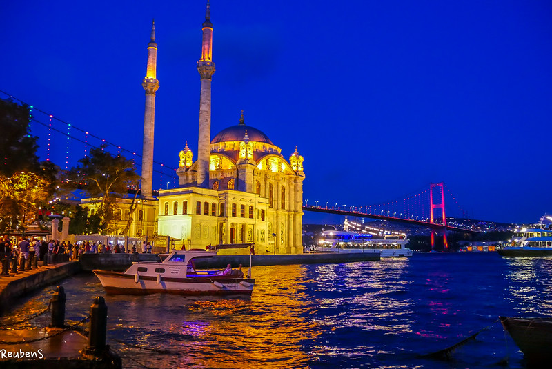 Kadikoy mosque boat night.jpg