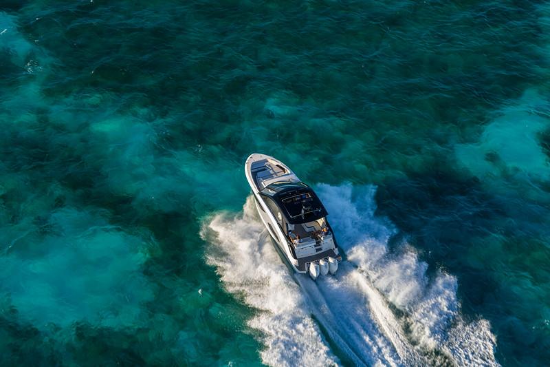 2021-Sundancer-370-Outboard-DAO370-aerial-running-port-stern-three-quarter-06776.jpg