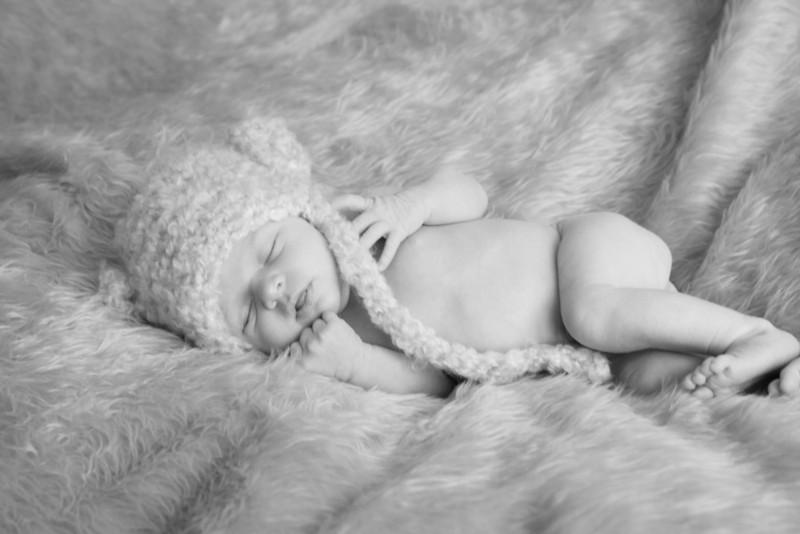 2014.03.30 Whitney Kronforst Newborn Photos B-W 77.jpg