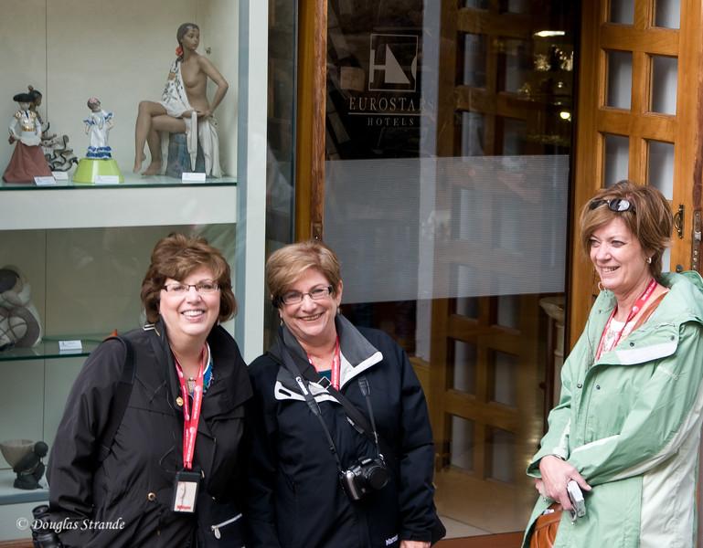 Thur 3/10 in Cordoba: Louise, Debbie, and Vicki plotting some shopping