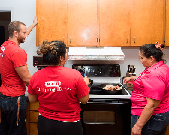 H.E.B. Employees Cook Breakfast for the Firefighters 2016
